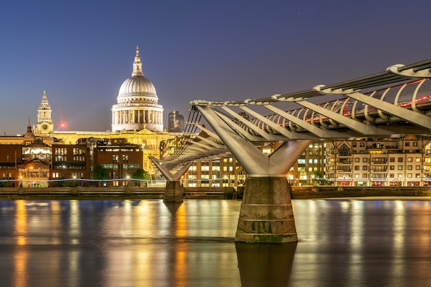 St paul katedra z milenium mostem Premium Zdjęcia
