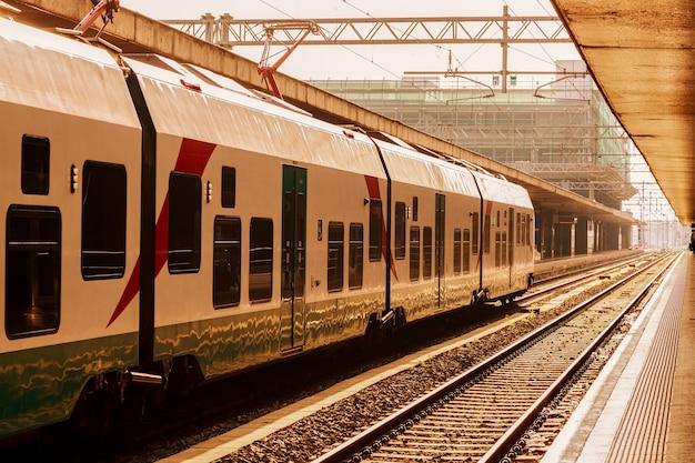 Stacja Kolejowa Z Pociągiem W Rzymie, Włochy. Premium Zdjęcia