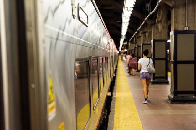 Stacja metra zamazane tło Darmowe Zdjęcia