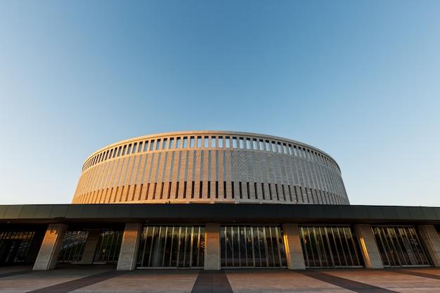 Stadion piłkarski krasnodar, rosja. architektoniczna tekstura stadion w krasnodar przy zmierzchem. Premium Zdjęcia