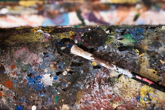 Stara bałaganiarska mieszana kolorowa paleta i pędzel Darmowe Zdjęcia