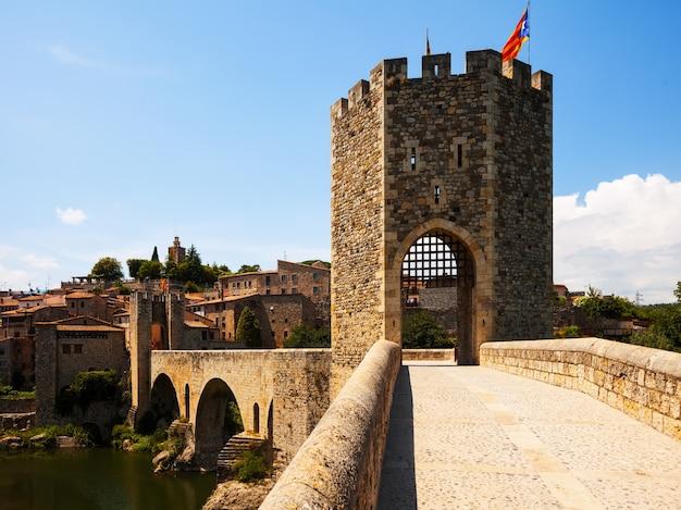 Stara Brama W średniowieczne Miasto. Besalu Darmowe Zdjęcia