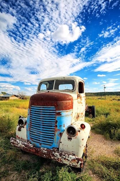 Stara Ciężarówka Na łące, Usa Premium Zdjęcia