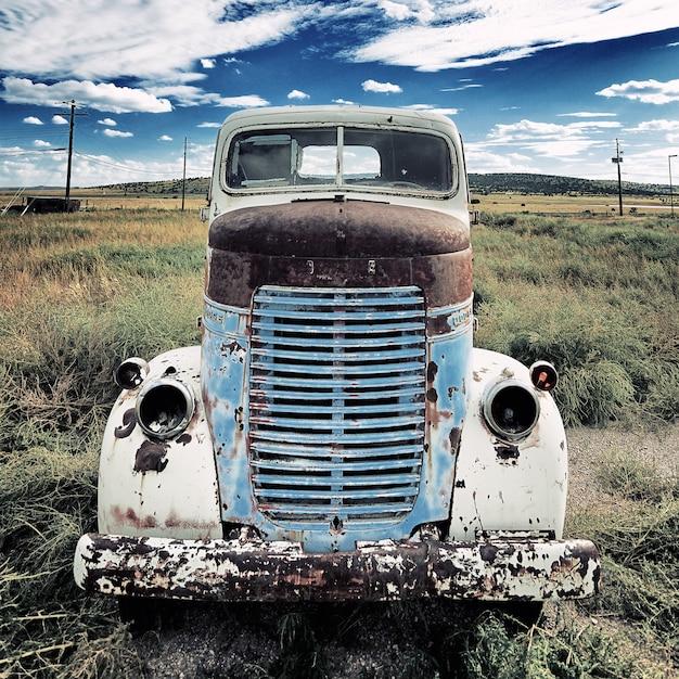 Stara Ciężarówka Na łące Premium Zdjęcia