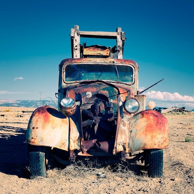 Stara Ciężarówka Na Pustyni Premium Zdjęcia