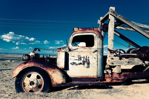 Stara Ciężarówka W Polu Premium Zdjęcia