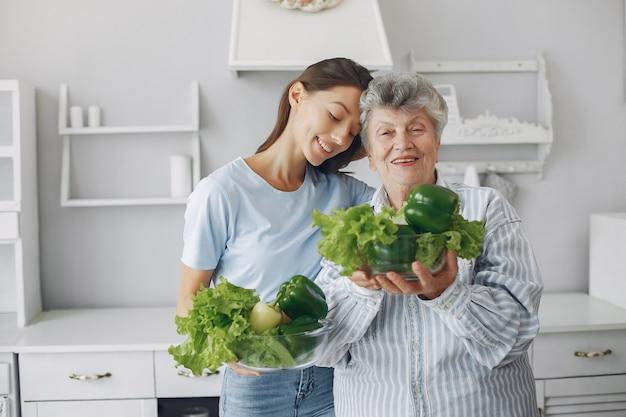 Stara kobieta w kuchni z młodą wnuczką Darmowe Zdjęcia