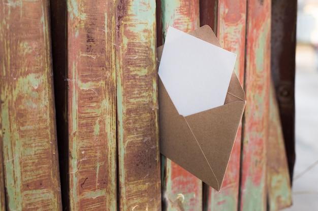 Stara ośniedziała żelazna skrzynka pocztowa. Darmowe Zdjęcia