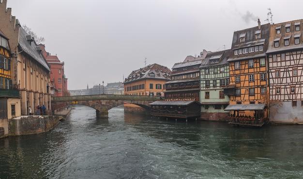 Stare Domy W Centrum Strasburga. Premium Zdjęcia