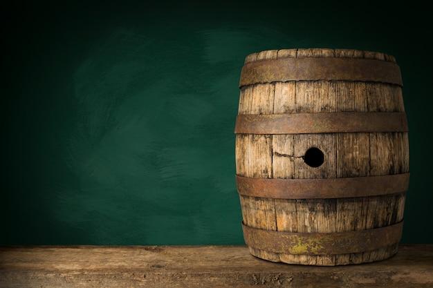 Stare Drewniane Beczki Piwa Na Ciemnym Tle. Premium Zdjęcia
