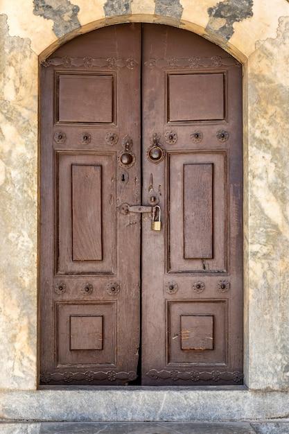 Stare Drewniane Brązowe Drzwi Z Zamkiem Premium Zdjęcia