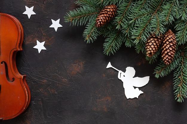 Stare gałęzie skrzypiec i jodły z wystrojem świątecznym. Premium Zdjęcia