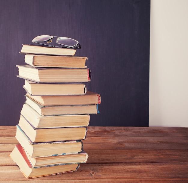 Stare książki rząd na tle pokładzie kredy Premium Zdjęcia
