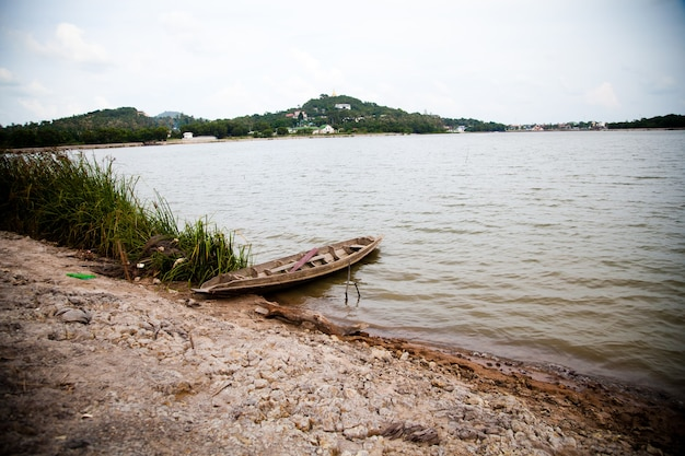 Stare łodzie Wiosłowe W Jeziorze Na Brzegu Azji Premium Zdjęcia