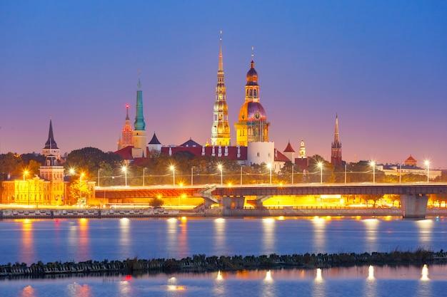 Stare Miasto I Rzeka Daugava W Nocy, Ryga, łotwa Premium Zdjęcia