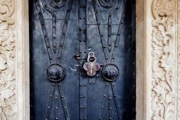 Stare Ozdobne Drzwi Kościoła Z Zamkiem Darmowe Zdjęcia