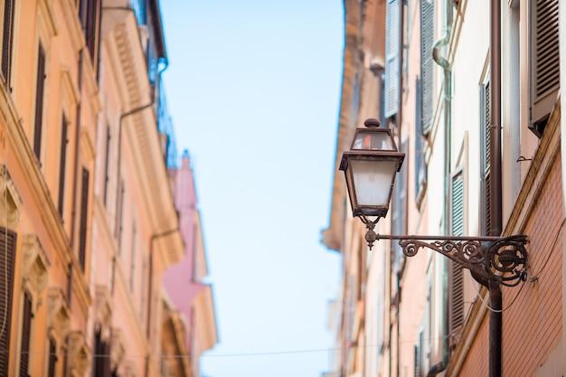 Stare piękne puste ulice w rzymie, włochy. zakończenie latarnia uliczna przy kamienicą Premium Zdjęcia