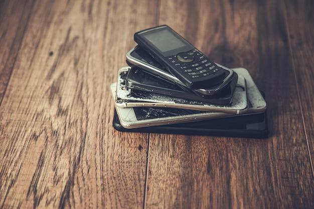 Stare Telefony Komórkowe Na Tle Tabeli Premium Zdjęcia