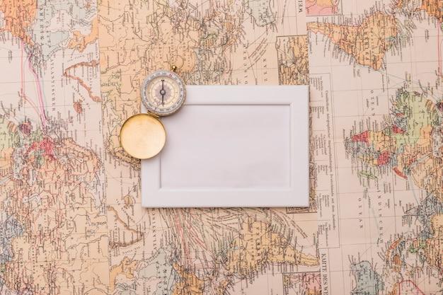 Staroświecki kompas i ramka na mapach Darmowe Zdjęcia