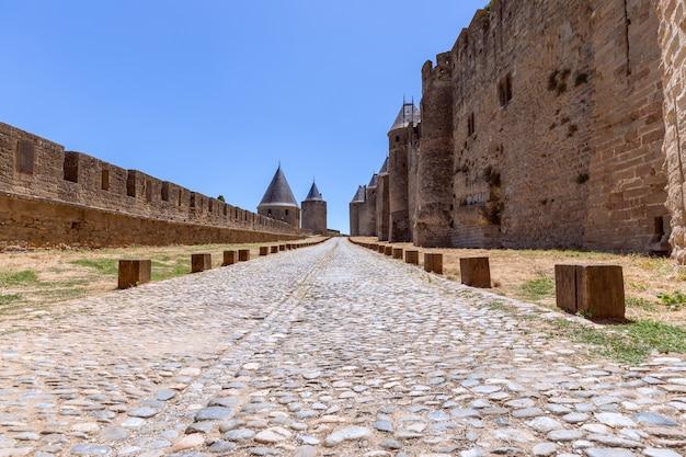 Starożytna Brukowana Droga W średniowiecznym Zamku W Mieście Carcassonne Premium Zdjęcia