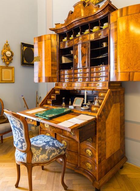 Starożytna Drewniana Kredens W Muzeum Premium Zdjęcia