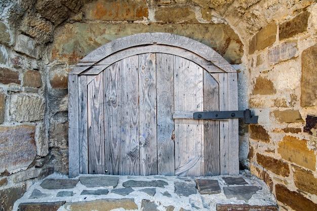 Starożytne Drewniane Okno średniowiecznego Muru Z Cegły Premium Zdjęcia