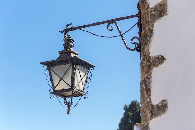 Starożytne Portugalskie światła Uliczne. Na ścianach Domów. Premium Zdjęcia