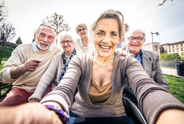 Starsi Ludzie Chodzą Na Zewnątrz Premium Zdjęcia