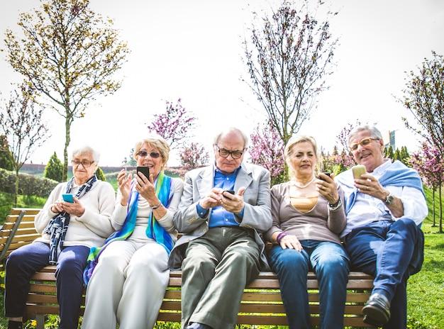 Starsi Ludzie Oglądają Smartfony Premium Zdjęcia
