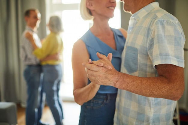 Starsi Ludzie Powoli Tańczą Razem Premium Zdjęcia