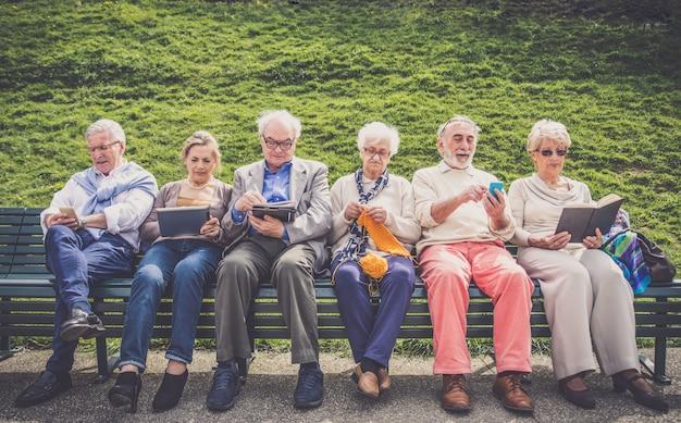 Starsi Ludzie W Domu Spokojnej Starości Premium Zdjęcia