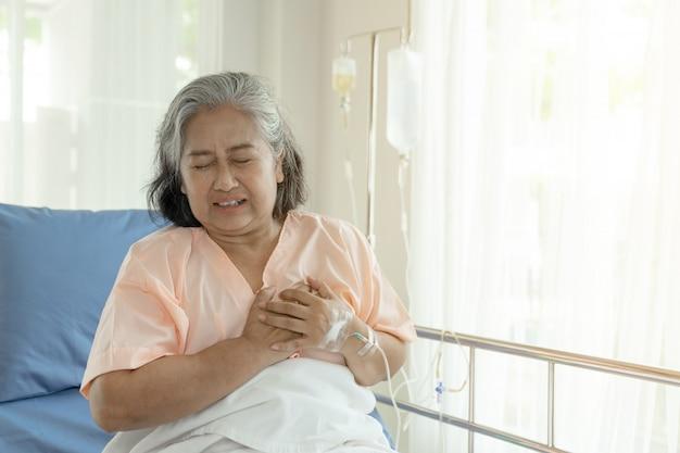 Starsza Azjatka Cierpiąca Na Silny Ból W Klatce Piersiowej Zawał Serca W Domu - Starsza Choroba Serca Darmowe Zdjęcia