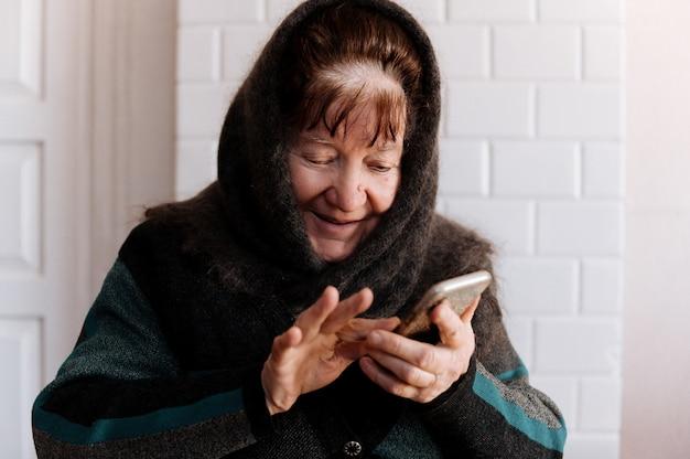 Starsza Babcia Po Raz Pierwszy Trzyma Telefon Komórkowy Premium Zdjęcia