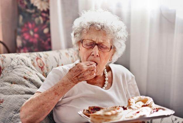 Starsza Dama Kosztuje Deser Premium Zdjęcia