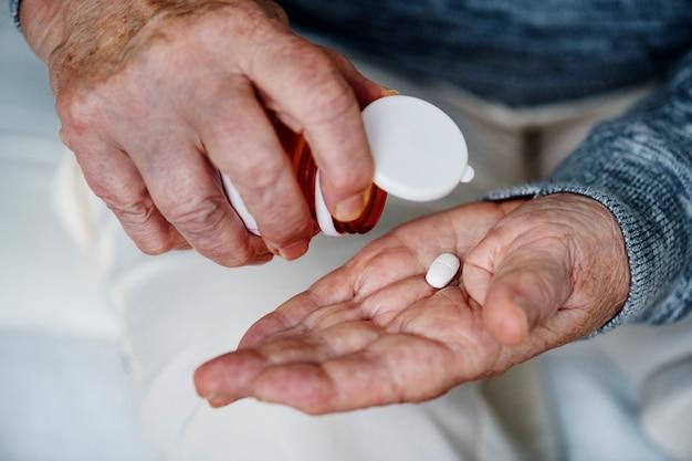 Starsza Kobieta Biorąc Lek Darmowe Zdjęcia