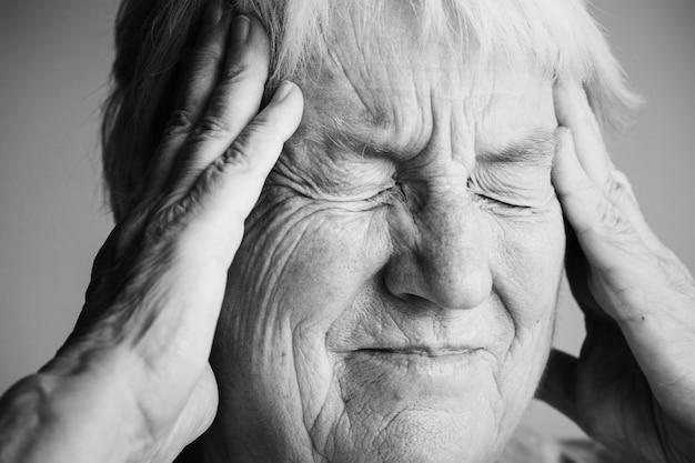 Starsza Kobieta Cierpi Na Migrenę Darmowe Zdjęcia