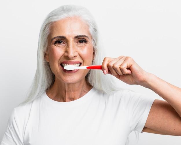 Starsza Kobieta Czyszczenia Zębów Szczoteczką Do Zębów Darmowe Zdjęcia