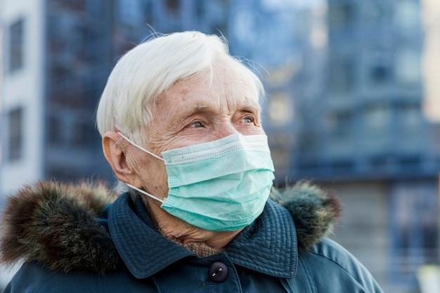 Starsza Kobieta Jest Ubranym Medyczną Maskę W Mieście Darmowe Zdjęcia