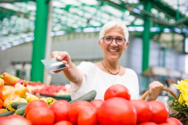 Starsza Kobieta Na Zieleń Rynku Premium Zdjęcia