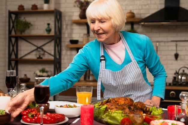 Starsza kobieta przygotowuje posiłek na święto dziękczynienia Darmowe Zdjęcia