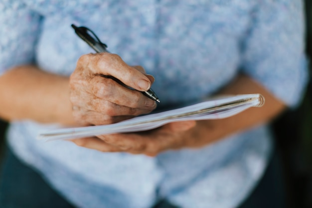 Starsza Kobieta Spisywać Jej Wspomnienia W Notatniku Darmowe Zdjęcia