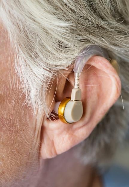Starsza Kobieta Ubrana W Aparat Słuchowy Darmowe Zdjęcia