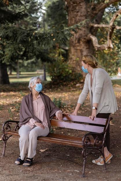 Starsza Kobieta Z Maską Medyczną I Kobieta W Domu Opieki Darmowe Zdjęcia