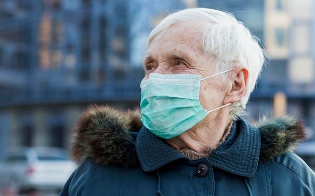 Starsza Kobieta Z Medyczną Maską W Mieście Darmowe Zdjęcia