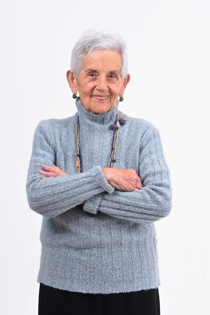 Starsza Kobieta Z Rękami Krzyżował Na Białym Tle Premium Zdjęcia