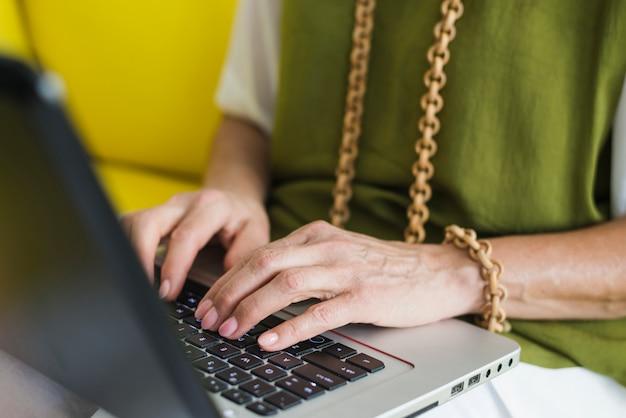 Starsza kobiety ręka na laptop klawiaturze Darmowe Zdjęcia