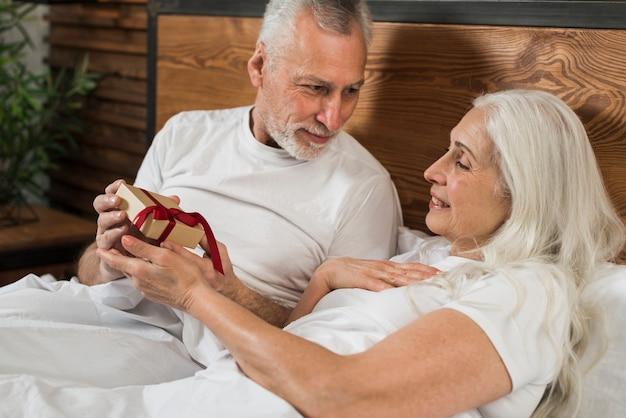 Starsza Męska Zaskakująca żona Na Walentynka Dniu Darmowe Zdjęcia