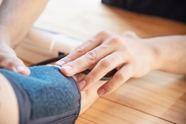 Starsza pani jest sprawdzana ciśnienie krwi za pomocą zestawu do pomiaru ciśnienia krwi Darmowe Zdjęcia