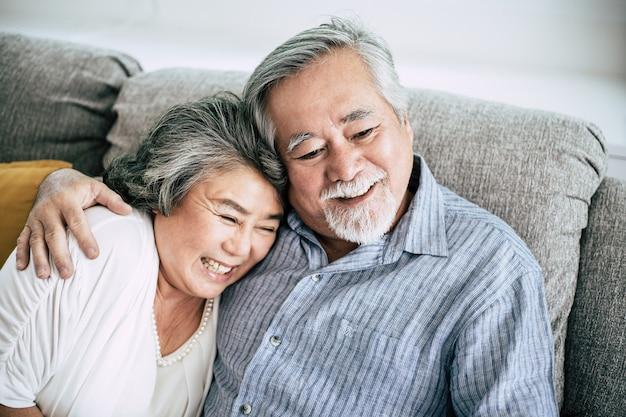 Starsza para bawić się wpólnie w żywym pokoju Darmowe Zdjęcia