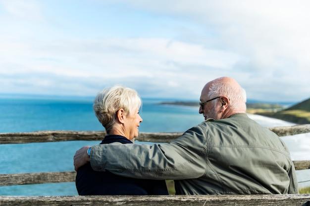 Starsza para cieszy się widok ocean Premium Zdjęcia